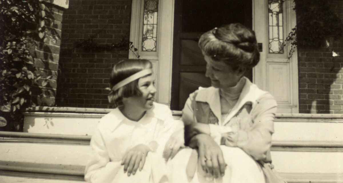 Photograph of Elizabeth Hughes with her mother 1918